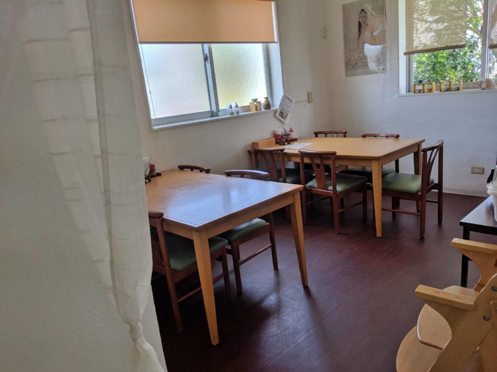 テーブル席の部屋