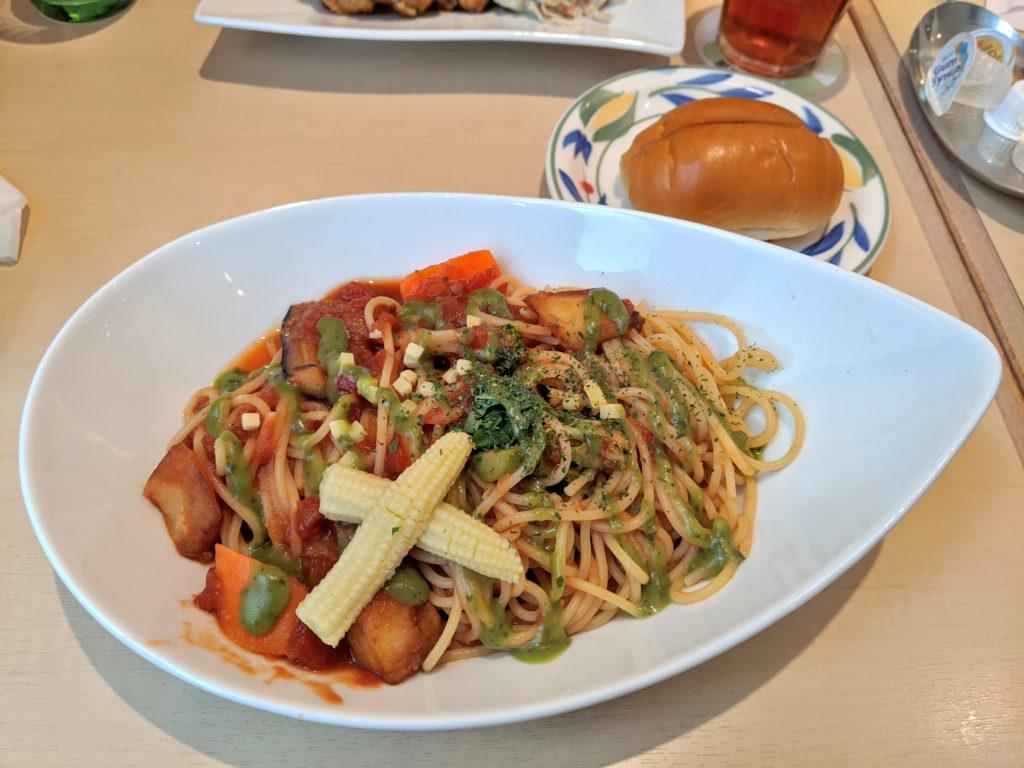 ごろごろ野菜とバジルのトマトスパ