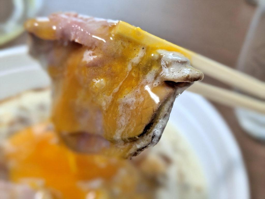 卵黄を絡めたローストビーフ