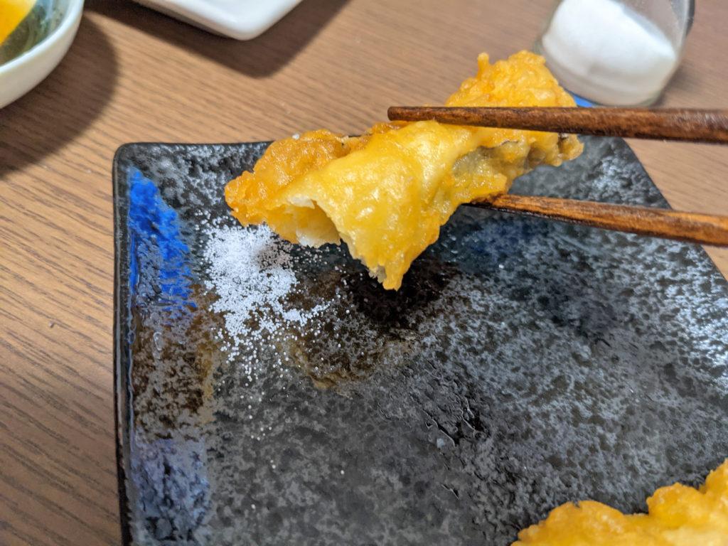 天ぷらに塩をつけて