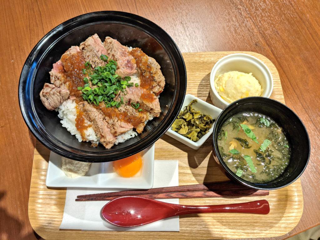 黒毛牛のステーキ丼定食